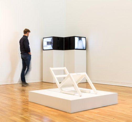 timm_ulrichs_timm_ulrichs_der_erste_sitzende_stuhl_nach_langem_stehen_sich_zur_ruhe_setzend_installation_view_kunstmuseum_wolfsburg_2013_tuiv_1_560x500_q80
